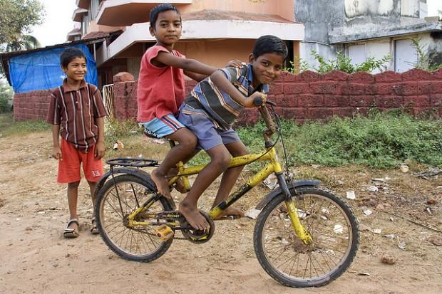 Além de doar as bicicletas, ele ensina as crianças a usá-las.
